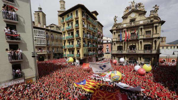 Pañuelos rojos alzados por San Fermín