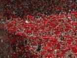 Mar de pañuelos rojos