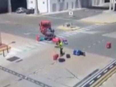 Un trabajador lanza maletas por los aires