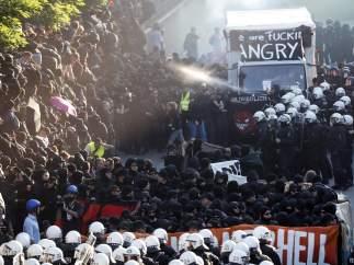 Antidisturbios intentan frenar a los manifestantes