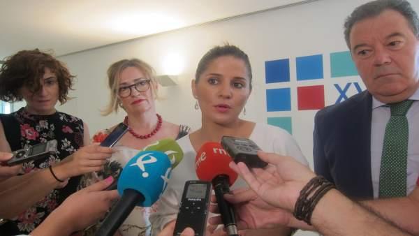 La portavoz de la Junta de Extremadura, Isabel Gil Rosiña, atiende a los medios