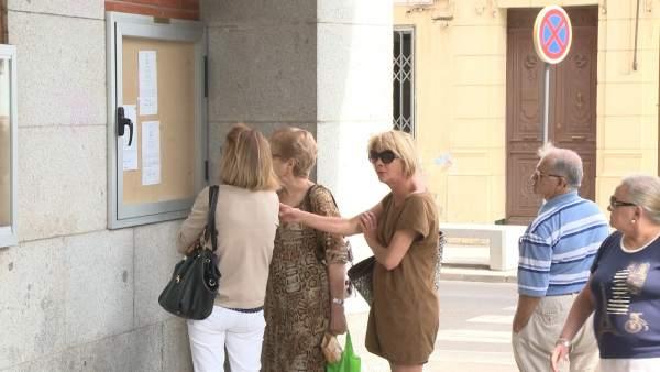 Vecinos de Don Benito leen el horario del funeral