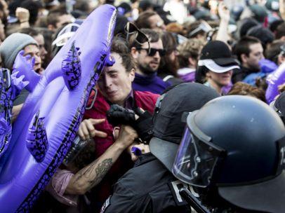 Forcejeando con los antidisturbios