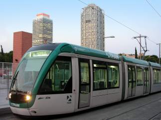 Imagen de un tranvía circulando por Barcelona.