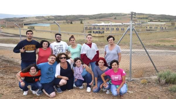 Grupo de voluntarios, con la cárcel de Daroca al fondo