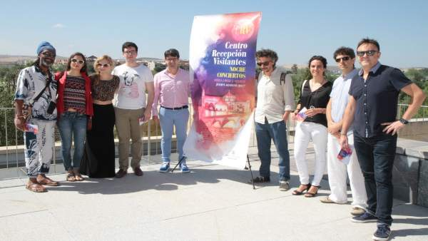 García (centro) con algunos de los artistas