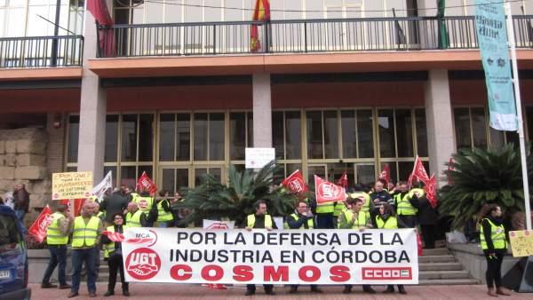 Trabajadores de Cosmos en una concentración ante el Ayuntamiento