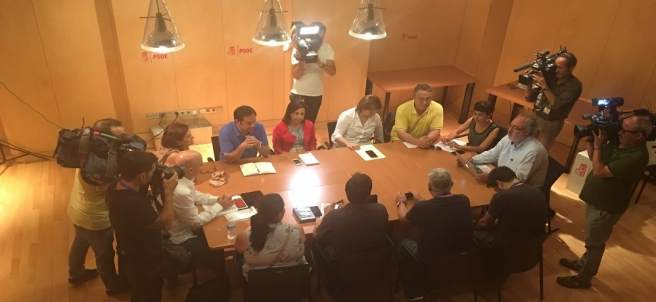 Reunión del PSOE en el Congreso con las víctimas de Angrois
