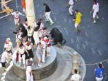 Los toros ensogados corren por la plaza del Torico.