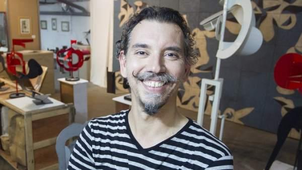 El escultor Pablo Bruera en su taller del Poblenou