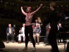 Activista de Femen interrumpe un concierto de Woody Allen