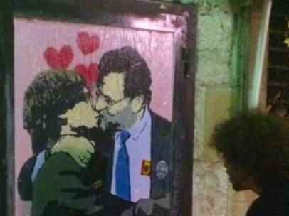 El beso entre Carles Puigdemont y Mariano Rajoy que ha aparecido pintado en la calle del Bisbe de Barcelona.