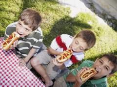Los padres dan más comida basura a sus hijos que las madres