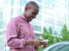 Científicos diseñan un material para cargar los móviles con el roce de la ropa