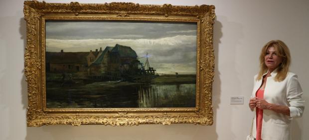 La baronesa Thyssen al lado del cuadro 'Molino de agua en Gennep' de Van Gogh
