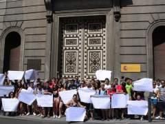 Estudiantes concentrados frente al Ministerio