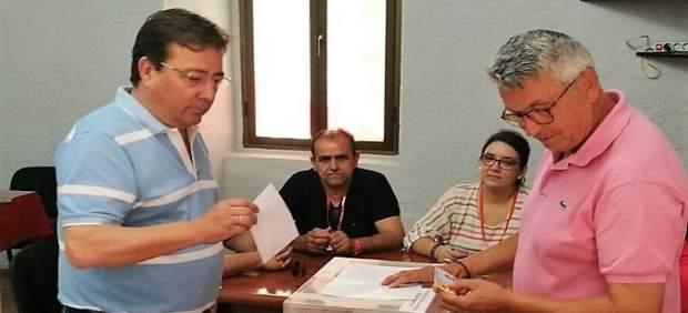 Fernández Vara vota en las primarias socialistas de Extremadura