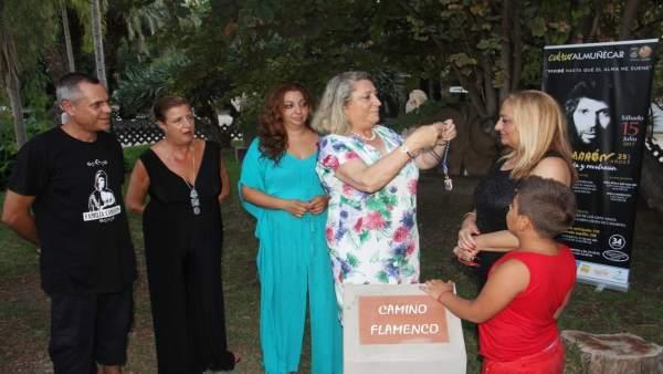 Alcaldesa de Almuñecar pone medalla Ciudad a la  Viuda de Camarón.