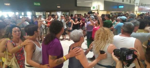 Acción de protesta de Abriendo Fronteras en el aeropuerto de Sevilla