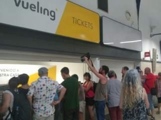 Activistas protestas por las deportaciones a inmigrantes en Sevilla
