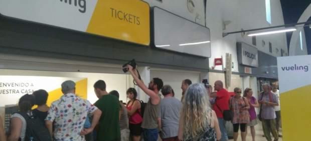 Activistas protestan en sevilla por las deportaciones a for Oficinas vueling barcelona