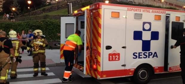 Herido en accidente de moto en Oviedo, ambulacia del sespa