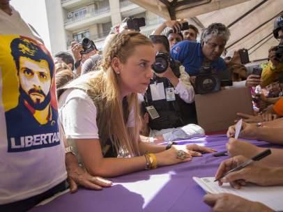 Tintori vota en la consulta popular de la oposición