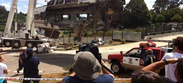 Un vagón subido por una grúa el día después del accidente del Alvia en Angrois