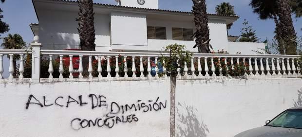 Pintadas en el Ayuntamiento de Espartinas.