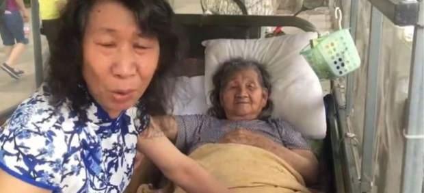 Un hombre se viste de su hermana muerta para ayudar a su madre a superarlo.