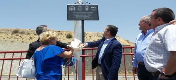 Sanz inaugura la pasarela del camino del Ferrocarril Guadix Almendricos