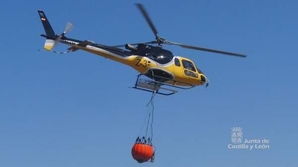 Un helicóptero del operativo contra incedios de la Junta de Castilla y León