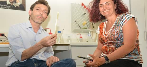 Gago, junto a la vicerrectora Beatriz Miguel, mostrando el material desarrollado