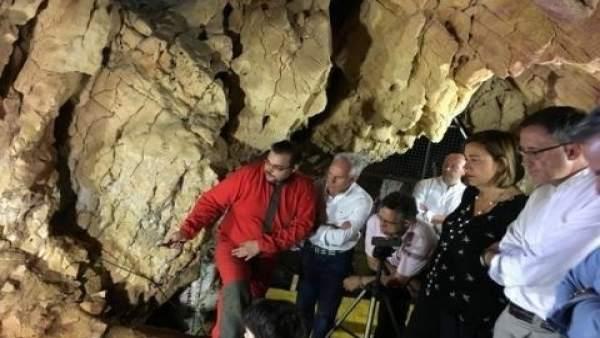 Palencia: Armisén durante una visita a la cueva