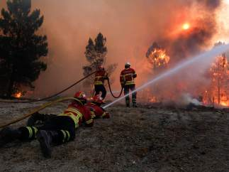 Bomberos tratando de extinguir el fuego en Mangualde (Portugal)