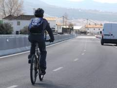 Un ciclista transita por una carretera