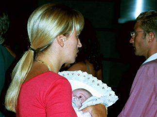 Belén Esteban con su hija en brazos
