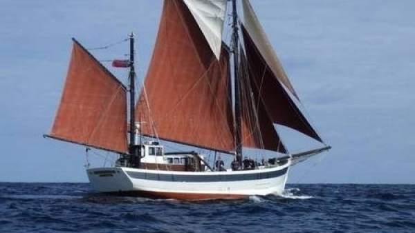 UN pesquero lleva a Burela a los tripulantes de un velero que sufrió vía de agua