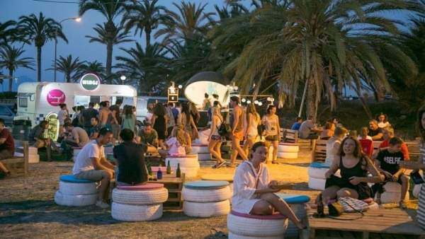 Solmarket triplica la seua oferta i desembarca el dissabte en la platja del Puig amb 30 foodtrucks i 21 concerts