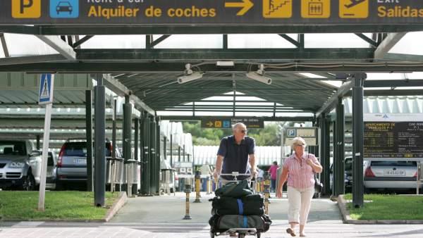 Pasajeros en el aeropuerto de Menorca