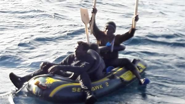 Inmigrantes en una patera en el Estrecho