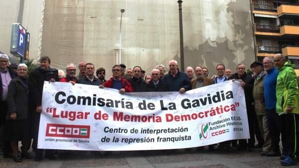 Acto frente a la comisaría de La Gavidia.