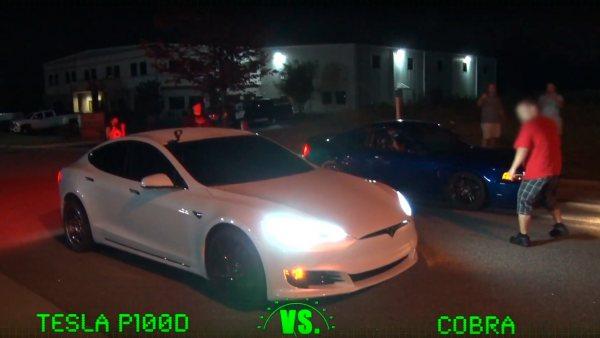 Carrera entre un Tesla y un Mustang Cobra