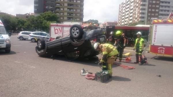 Coche volcado tras un accidente con un autobús de la EMT