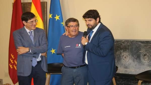 Foto/ El Presidente De La Comunidad, Fernando López Mira S, Recibió A Los Niños