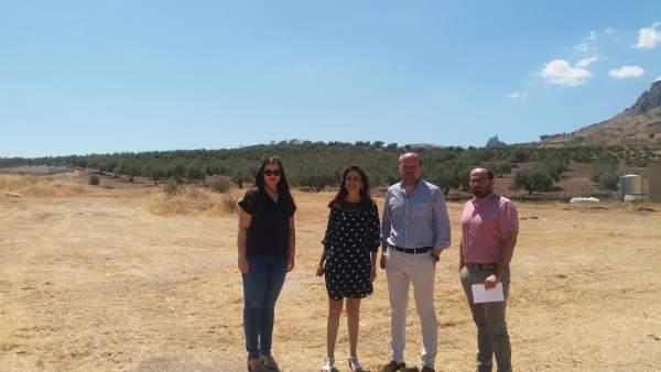 Algar y Cañete (centro) visitan los terrenos para el Punto Limpio