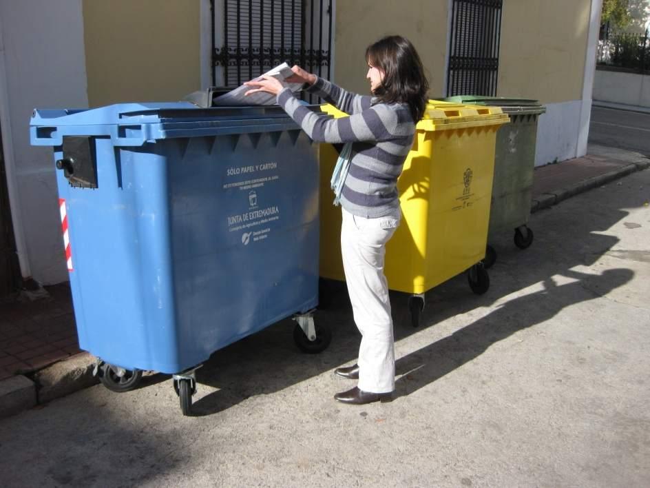 Los hogares extreme os tienen una media de 2 5 cubos para for Cubos de reciclaje