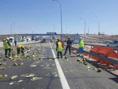 Un camión pierde su carga de melones y causa retenciones en la A-4 de Madrid
