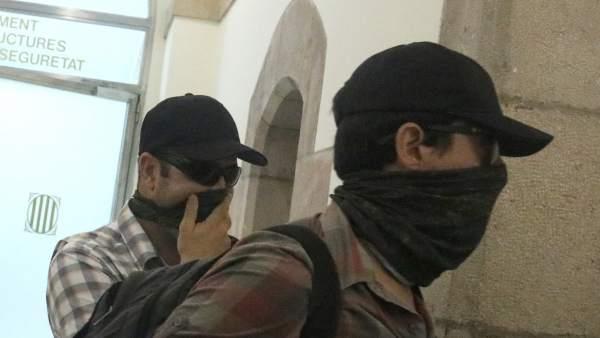 Agentes de la Guardia Civil saliendo del Parlament.