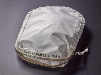 Bolsa con polvo lunar